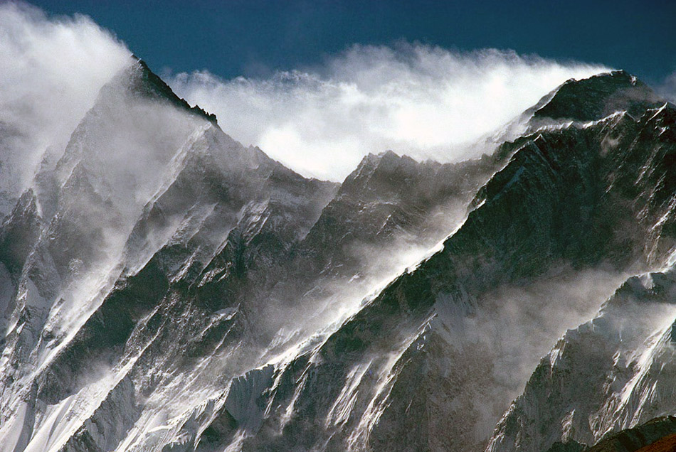 Strong winds on Everest and Lhotse